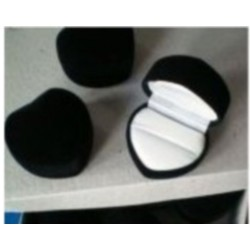 Ecrin pour bague forme coeur en feutrine noire fond blanc pas cher obrillant bijoux