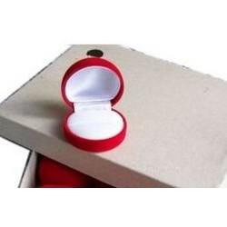 Ecrin pour bague forme boule en feutrine rouge fond blanc pas cher obrillant bijoux